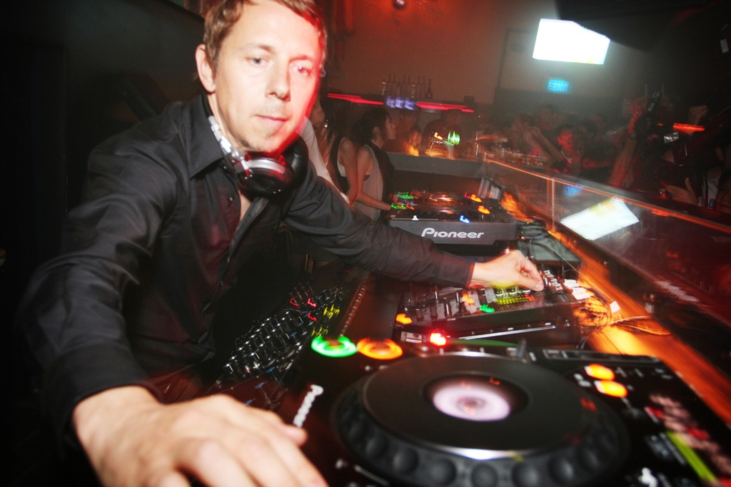 Gilles Peterson playing in a club