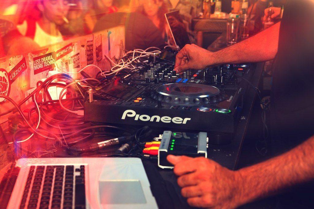 A Guide to DJ Setups, Part 2: DVS, DJ Controllers and Modern